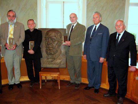 """Surfote: en la Tartu-a urbodomo post la enmanigo de la premio """"Akad. Paul Ariste"""", 2009. A.M. – la dua de maldekstre. La dua de dekstre – la eksprezidento de Estonio A. Rüütel."""